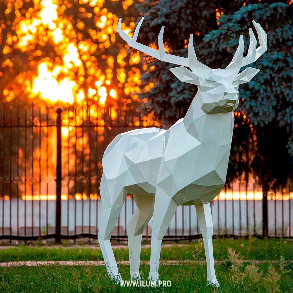 Белый полигональный олень из металла в парке