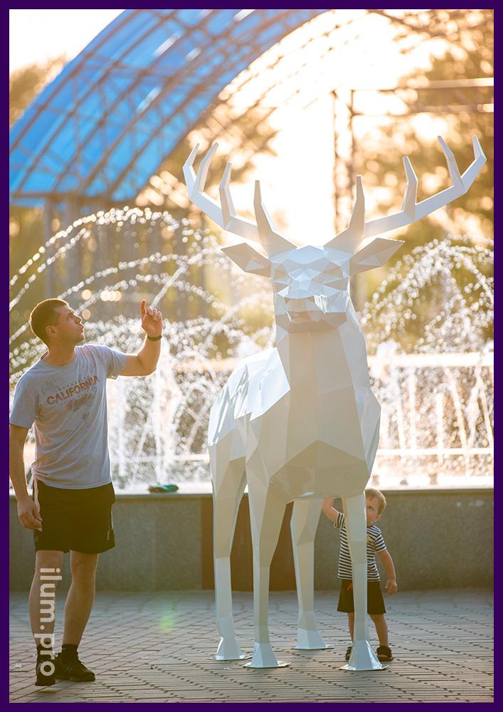 Фигура металлическая полигональная высотой 2,5 метра - северный олень белого цвета
