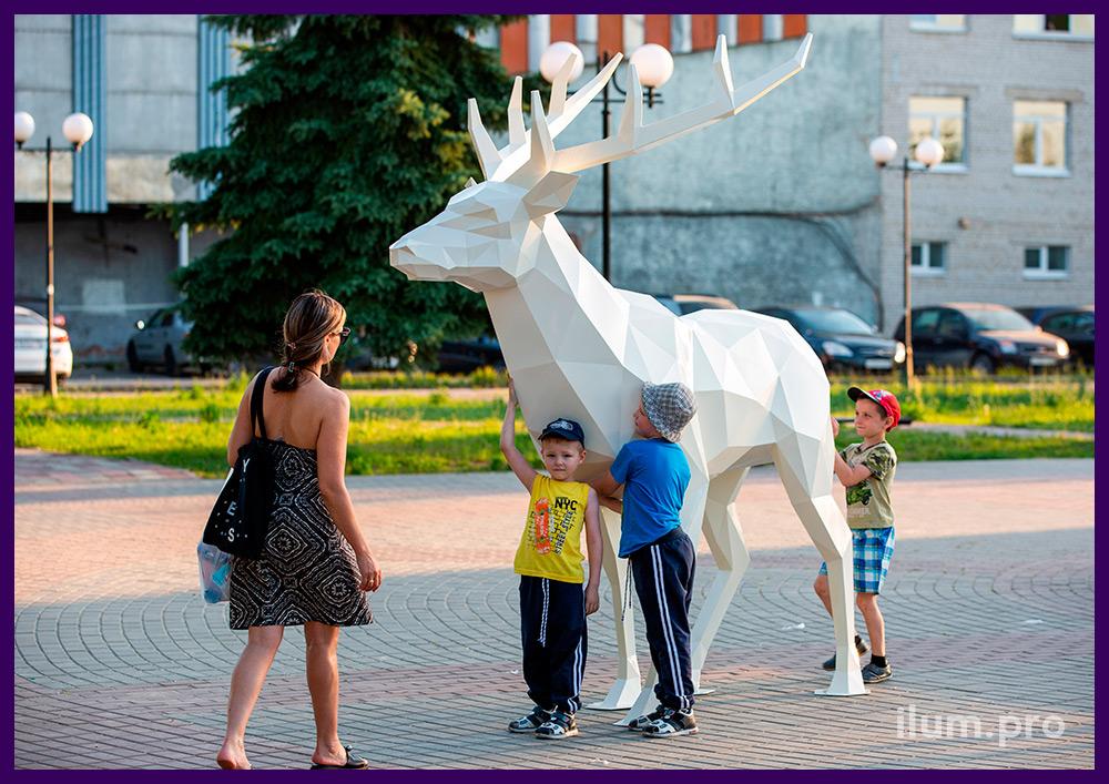 Скульптура ландшафтная полигональная в форме оленя с большими рогами из стали