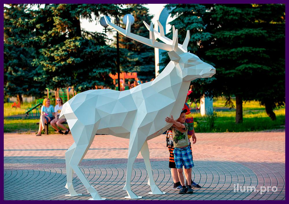 Стальная фигура оленя белого цвета, полигональная скульптура для установки в парке