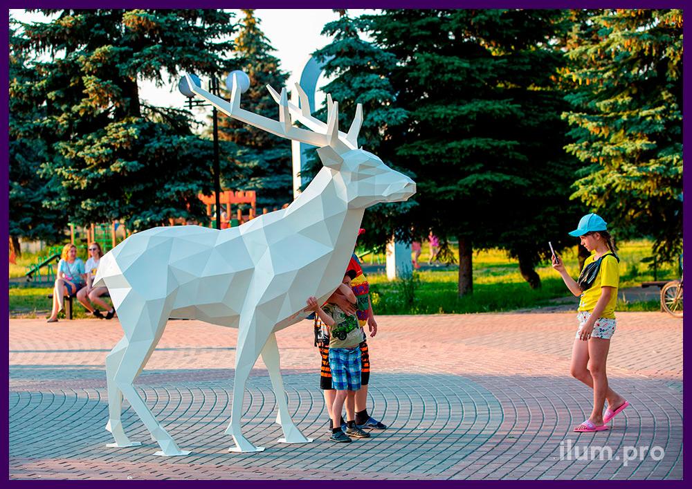 Фотозона с полигональной фигурой оленя из листовой стали белого цвета в парке