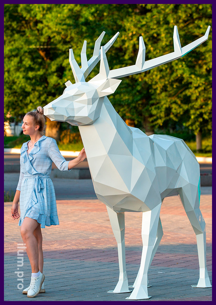 Фигура оленя высотой 2,5 метра из крашеной стали, полигональный арт-объект на площади