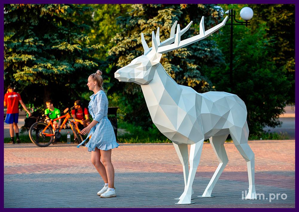 Полигональный олень из стали, уличная металлическая скульптура на городской площади