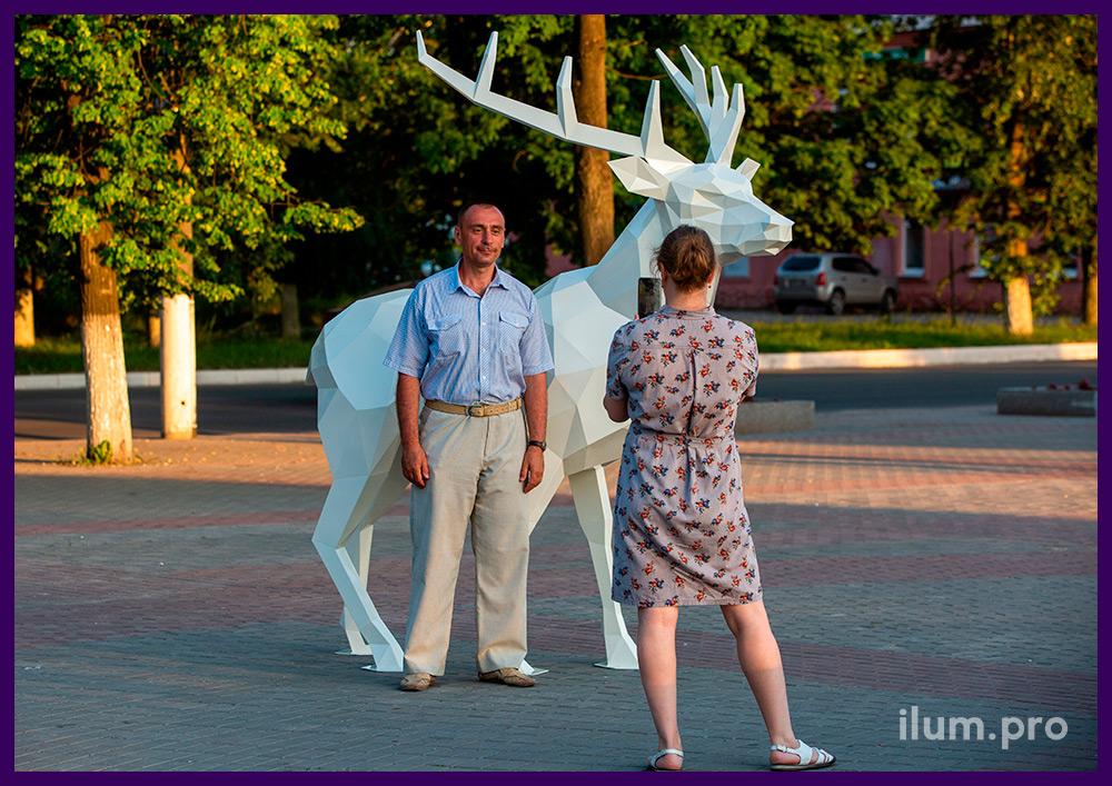 Металлическая полигональная фотозона в парке, скульптура в форме оленя с большими рогами
