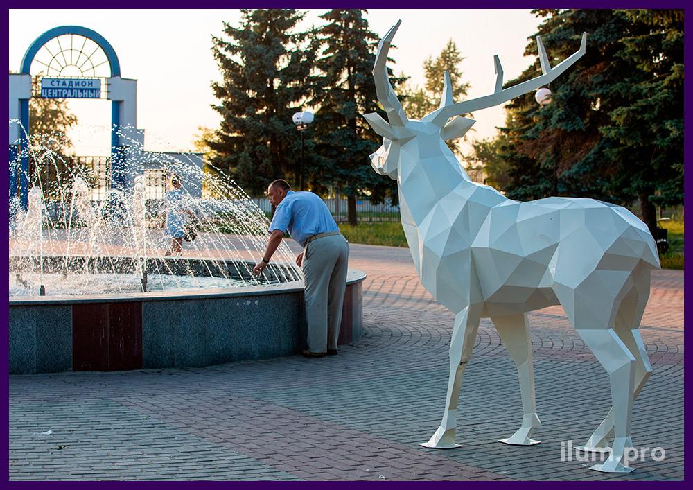 Ландшафтный арт-объект из стали - полигональный олень белого цвета высотой 2,5 метра