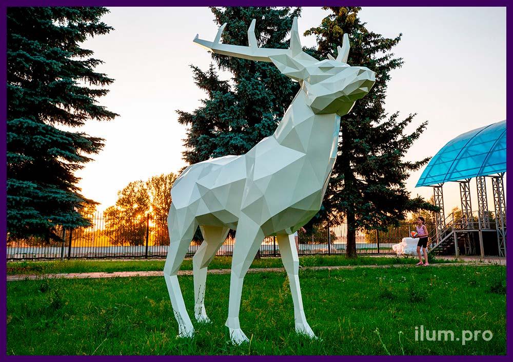 Полигональный металлический олень - фигура животного в городском парке