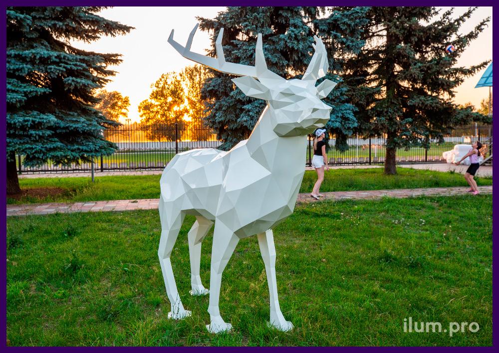 Арт-объект из металла - полигональная фигура оленя белого цвета в парке