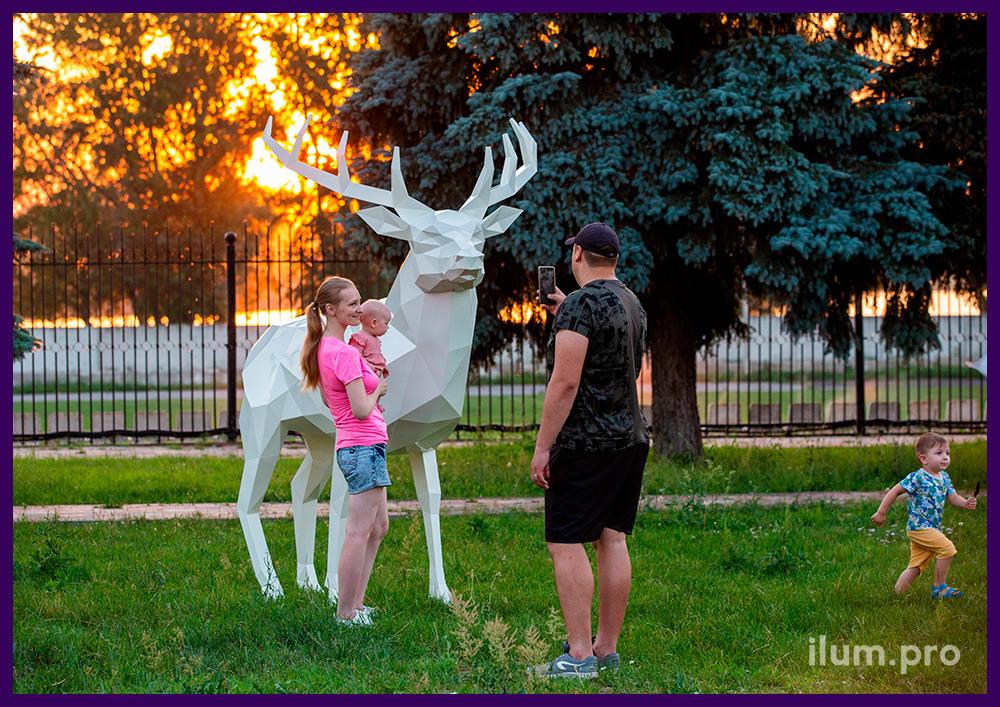 Фотозона в парке, полигональная скульптура оленя белого цвета из металла