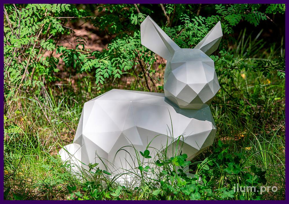 Заяц стальной полигональный, установленный на газоне в городском парке