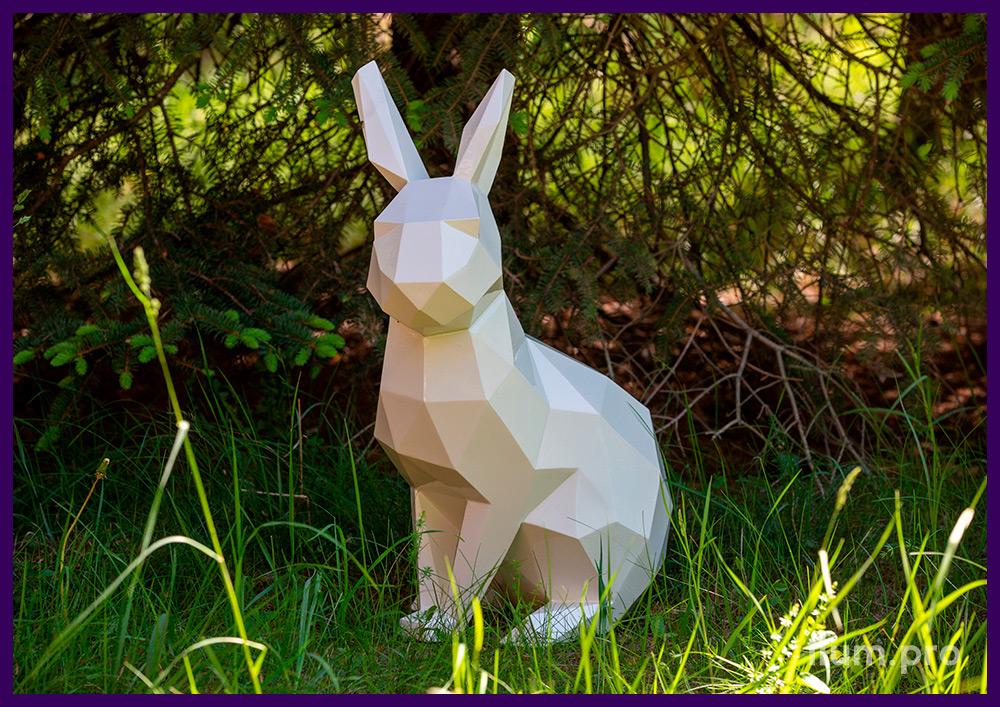 Металлический арт-объект на газоне - фигура полигонального зайца белого цвета