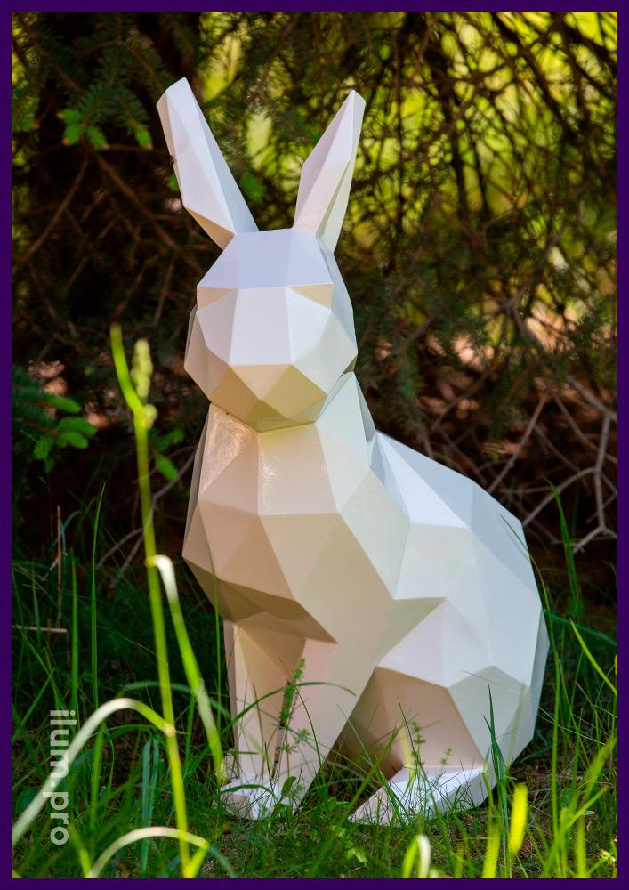 Стальной полигональный арт-объект в форме зайца белого цвета