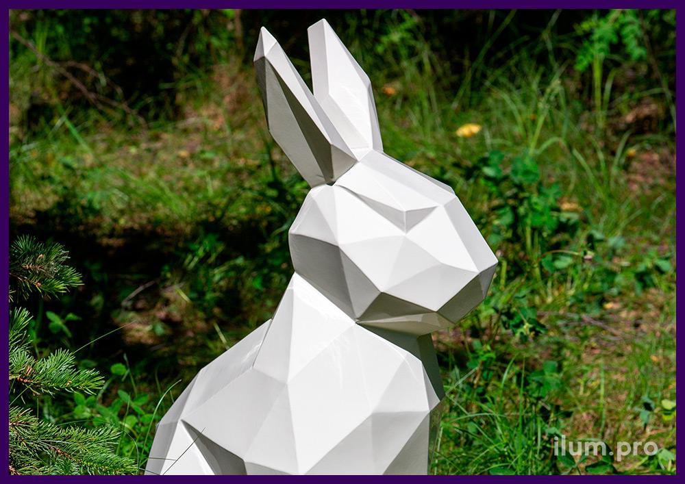 Полигональная фигура зайца из стали, белый арт-объект для благоустройства территории