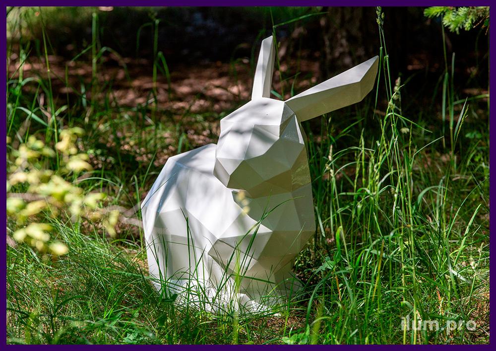 Заяц белый полигональный на газоне - металлический арт-объект для благоустройства территории