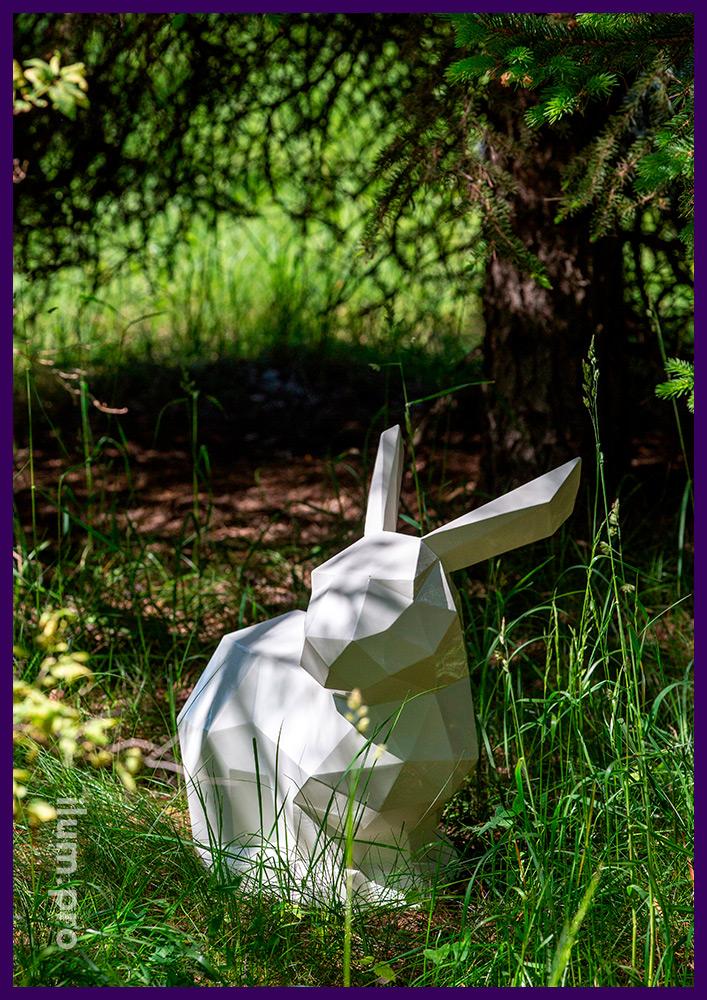 Садово-парковая металлическая скульптура полигонального зайца белого цвета