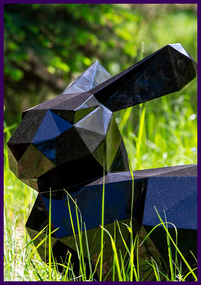 Фигура зайца из полигонального металла, необычный арт-объект в городском парке