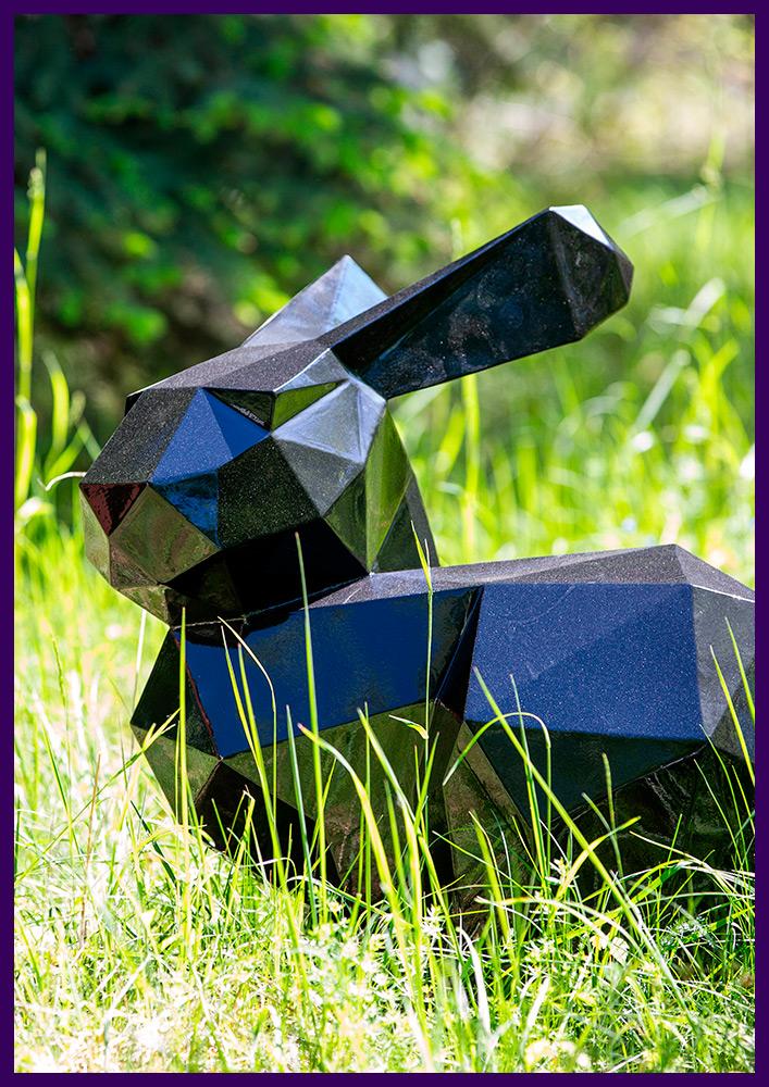 Металлический полигональный заяц в парке, окрашивание в чёрный цвет