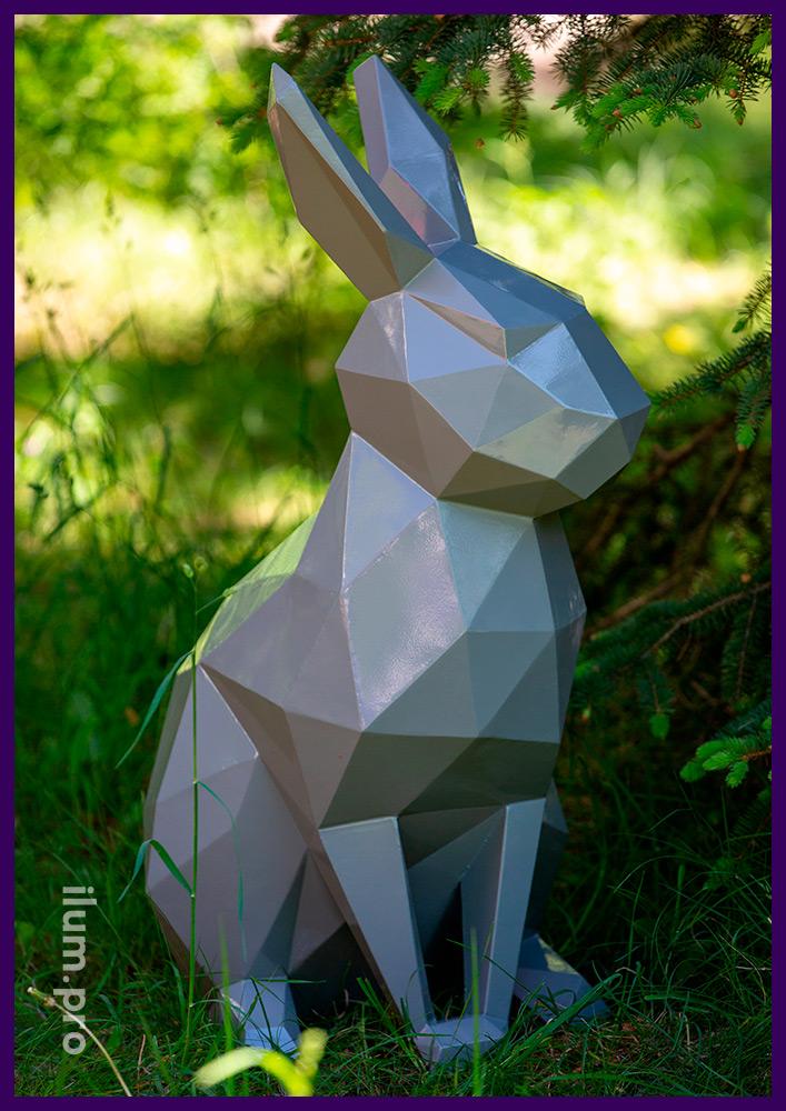 Полигональный заяц из металла с покрытием серой краской в парке