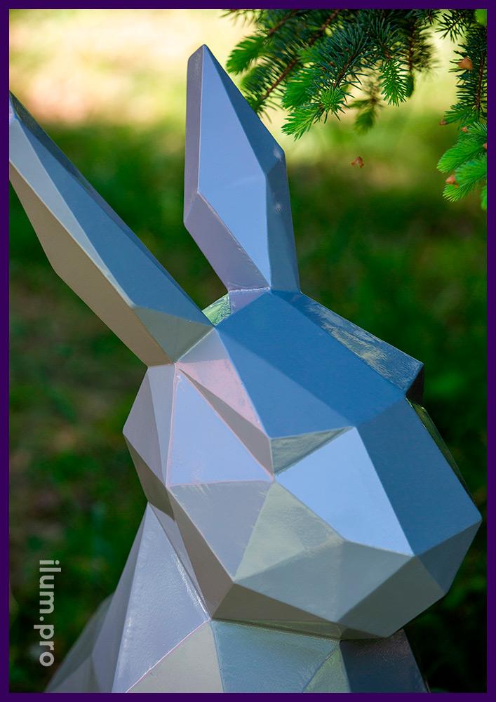 Заяц полигональный высотой 1 метр, фигура из крашеной стали рядом с ёлкой