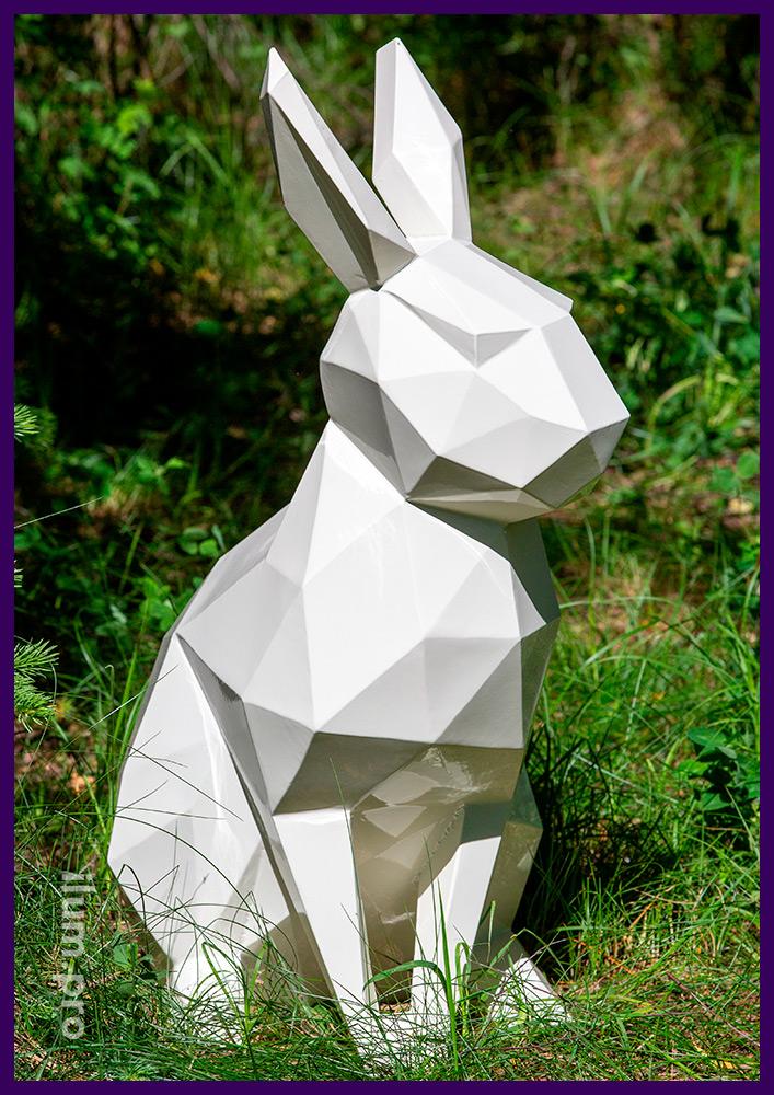 Полигональный заяц (кролик) в парке, арт-объекты из металла