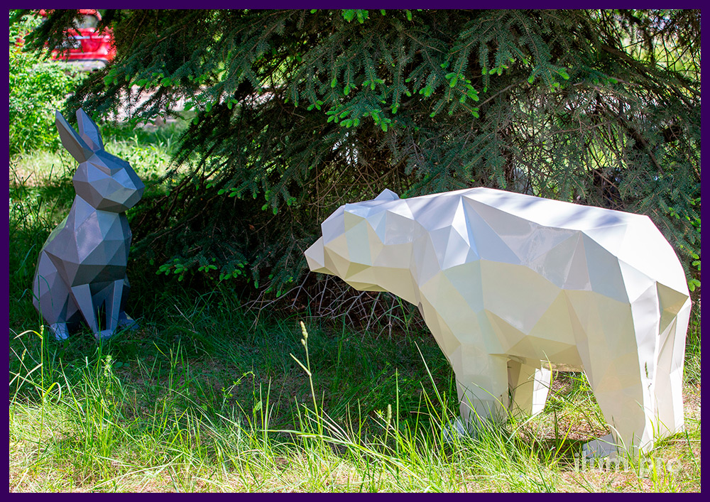 Животные полигональные металлические в городском парке, фигура зайца и медведя