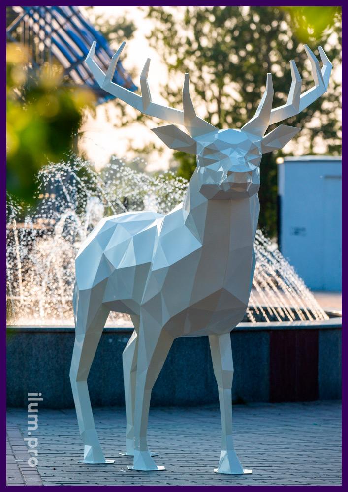 Скульптура оленя в полигональном стиле высотой 2,5 метра, белый арт-объект в парке