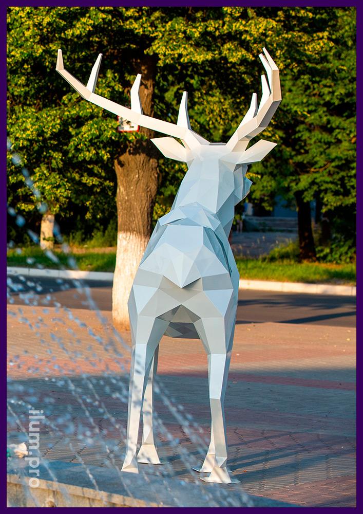 Стальной полигональный олень высотой 250 см, садово-парковая фигура в городском парке