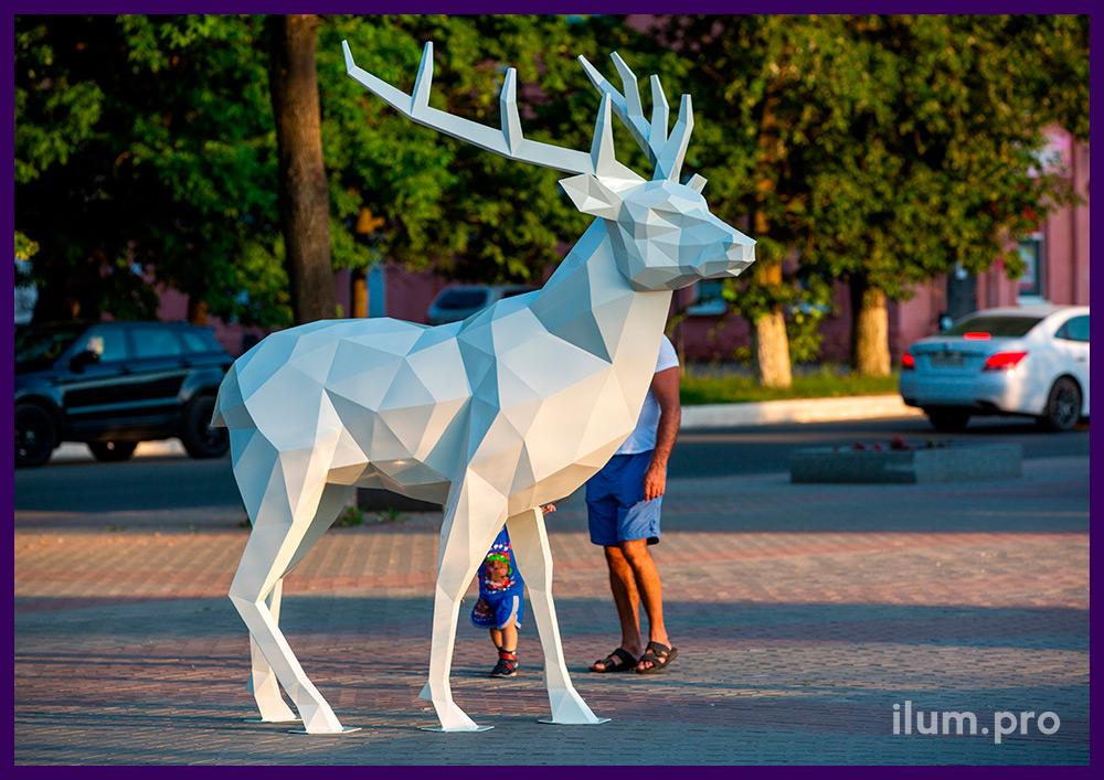Скульптура оленя из металла, полигональный арт-объект для украшения площади