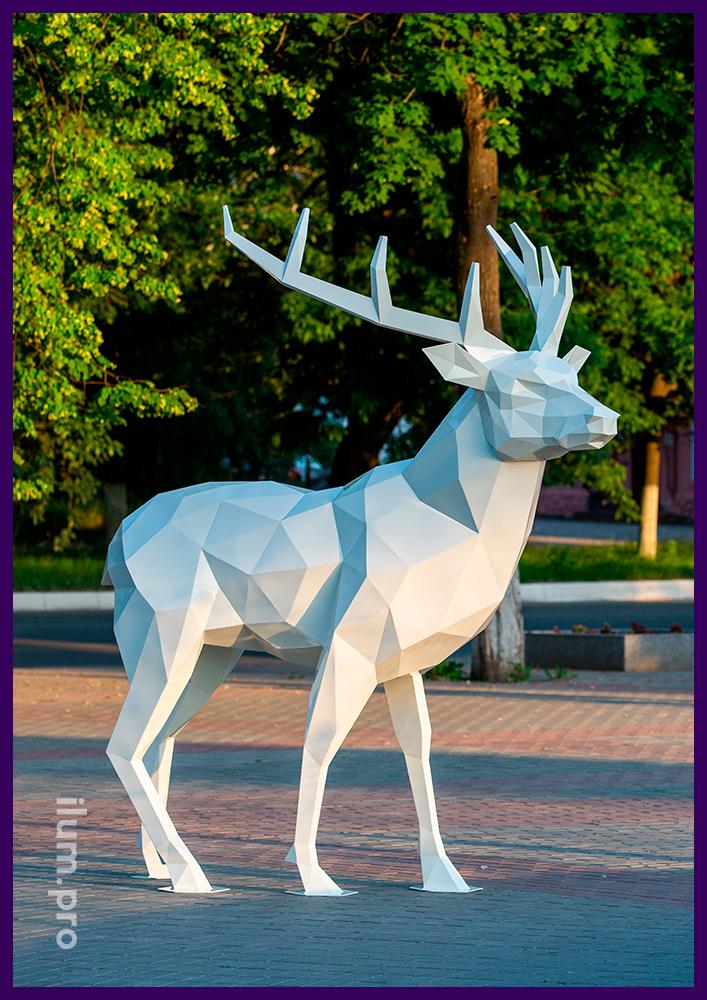 Олень высотой 2,5 метра, полигональная скульптура в форме животного в парке