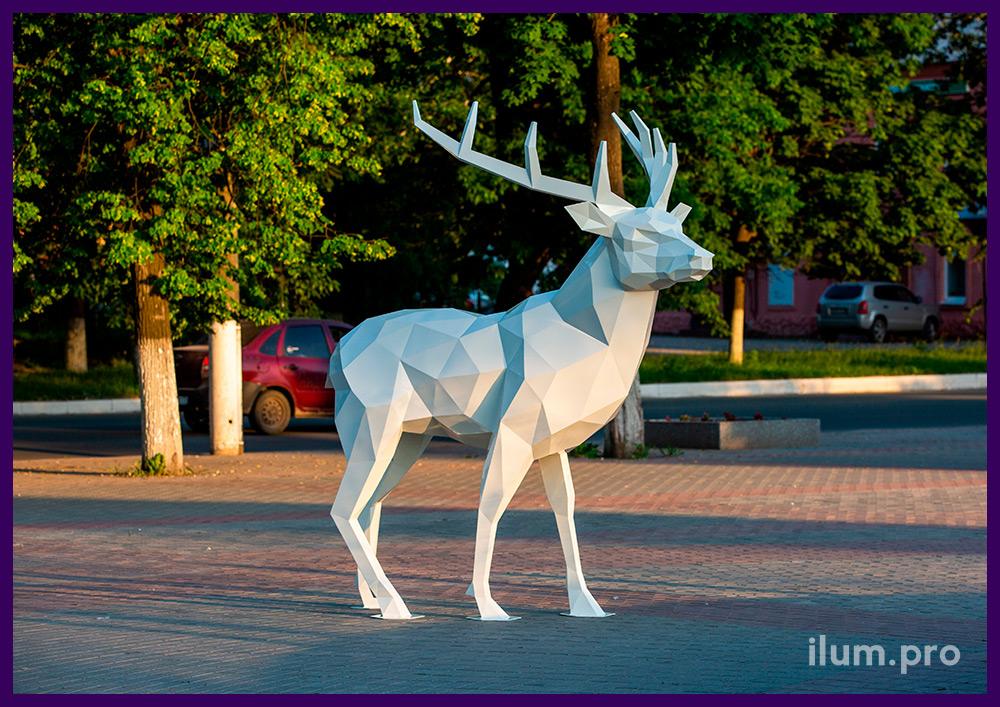 Фигура ландшафтная полигональная в форме белого северного оленя высотой 2,5 метра