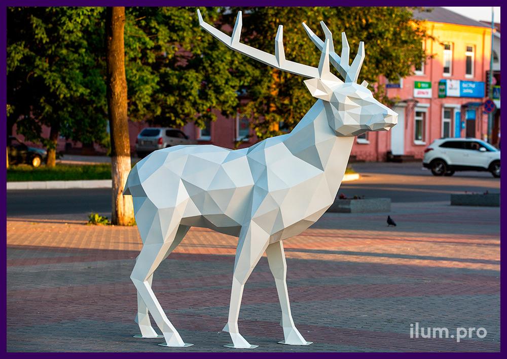 Олень полигональный из крашеной стали - ландшафтная фигура животного на городской площади