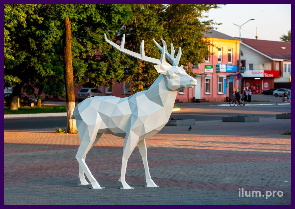Олень полигональный белого цвета, металлическая ландшафтная скульптура в парке