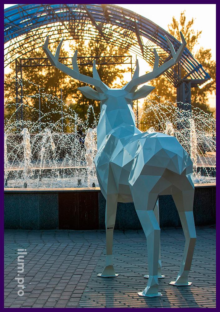 Стальной полигональный олень с краской белого цвета, садово-парковые арт-объекты