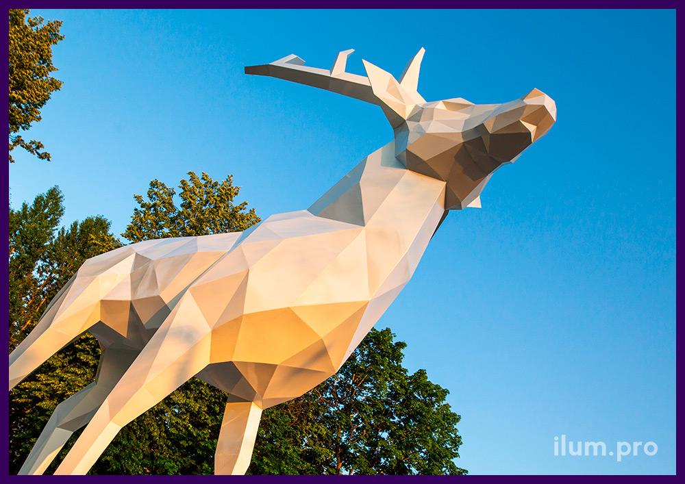 Олень металлический полигональный белого цвета, арт-объект для украшения парка