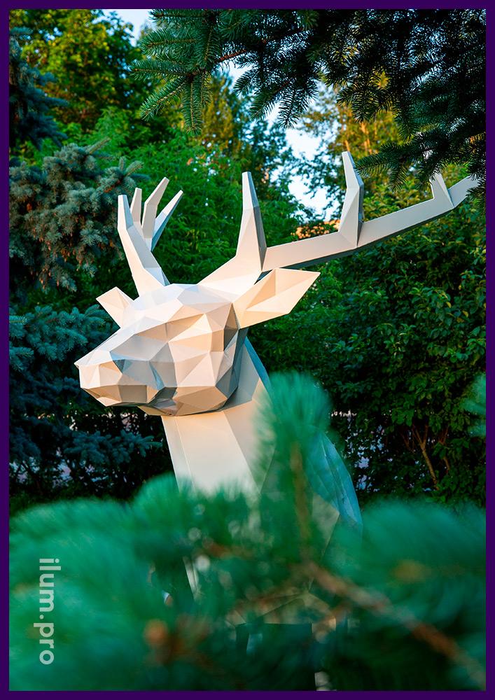 Украшение площади металлической скульптурой животного, полигональный олень белого цвета