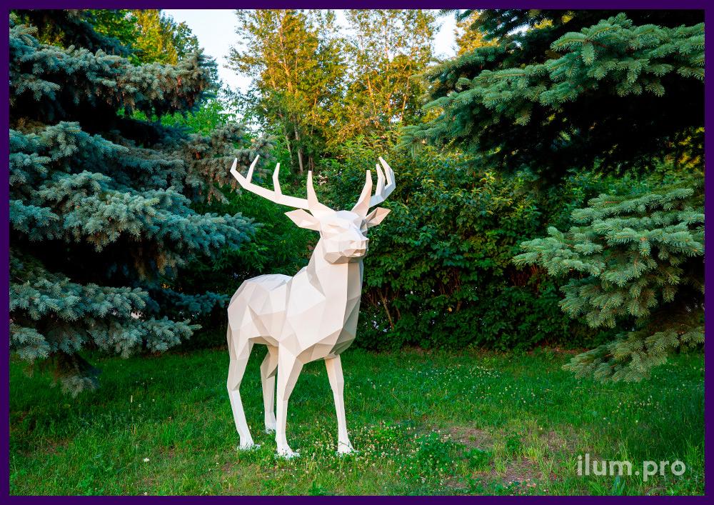 Полигональный олень металлический белого цвета - стальная скульптура в парке