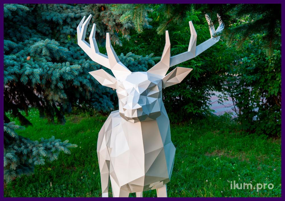 Скульптура уличная полигональная в виде белого оленя высотой 250 сантиметров