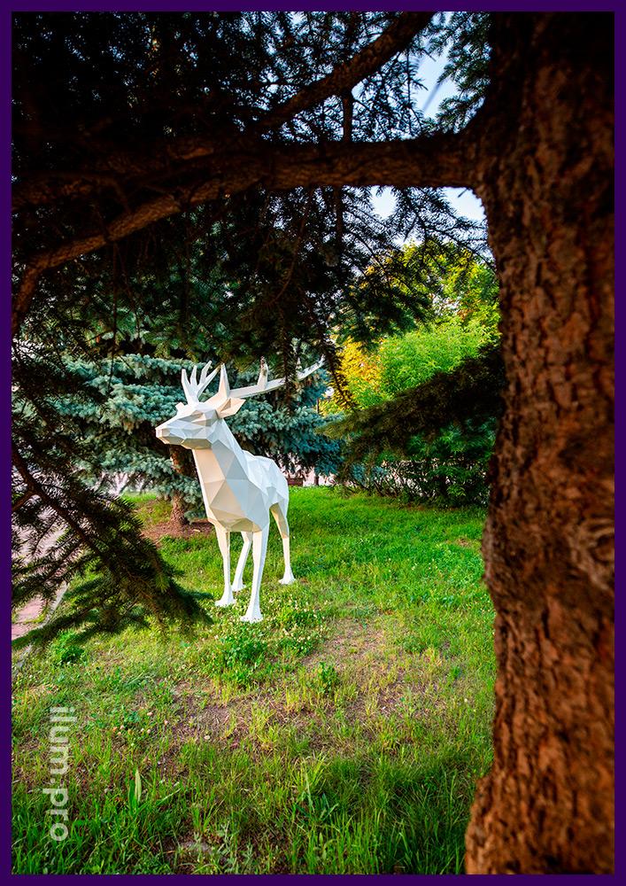 Садово-парковая ландшафтная полигональная скульптура оленя белого цвета из стали