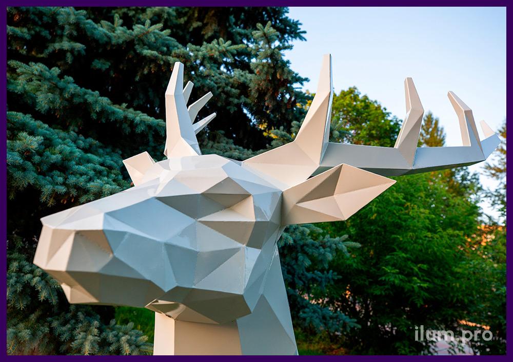 Металлический полигональный олень из стали с порошковой краской белого цвета