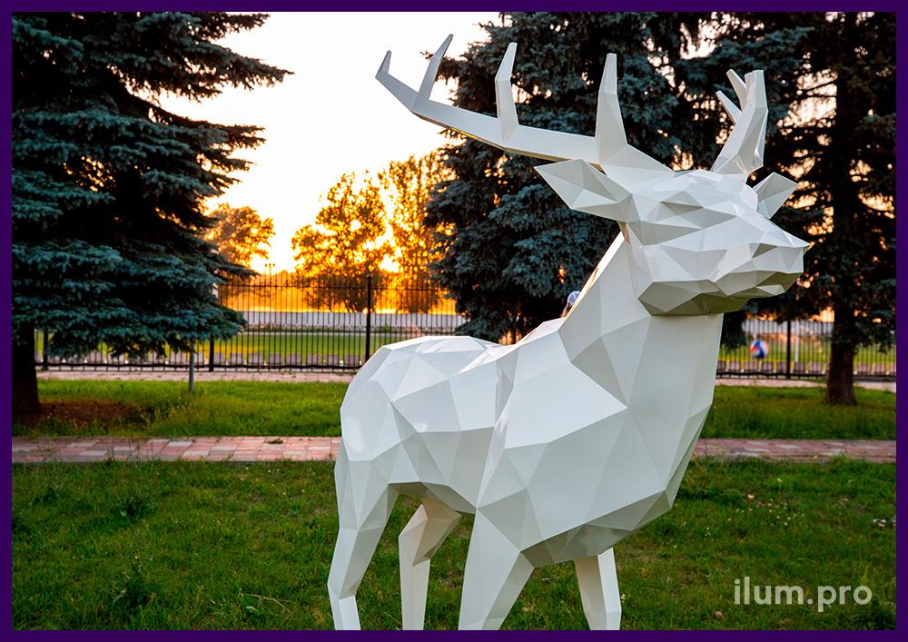 Объёмная полигональная скульптура оленя из крашеной стали, высота арт-объекта 2,5 м
