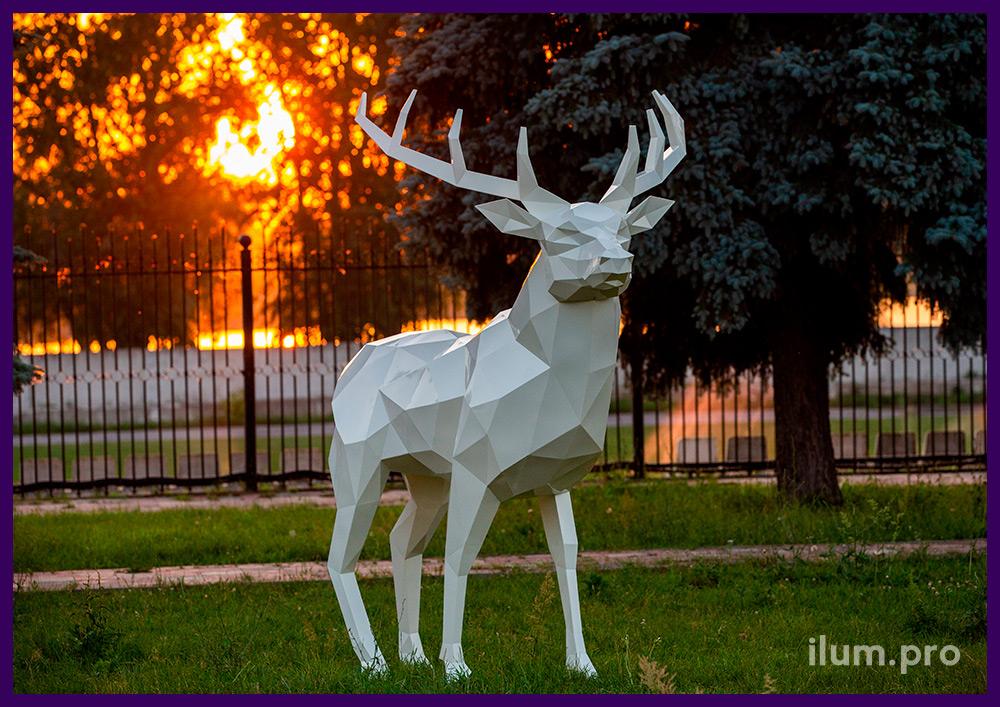 Полигональный арт-объект в форме оленя высотой 2,5 метра, металлическая скульптура в парке
