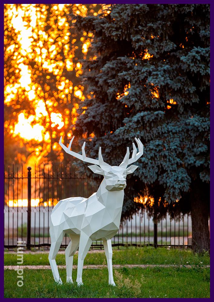 Высокая полигональная скульптура оленя из крашеной листовой стали в городском парке