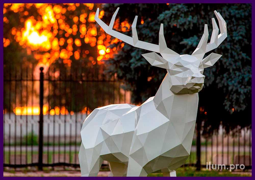 Арт-объект металлический в форме оленя, полигональная скульптура в парке