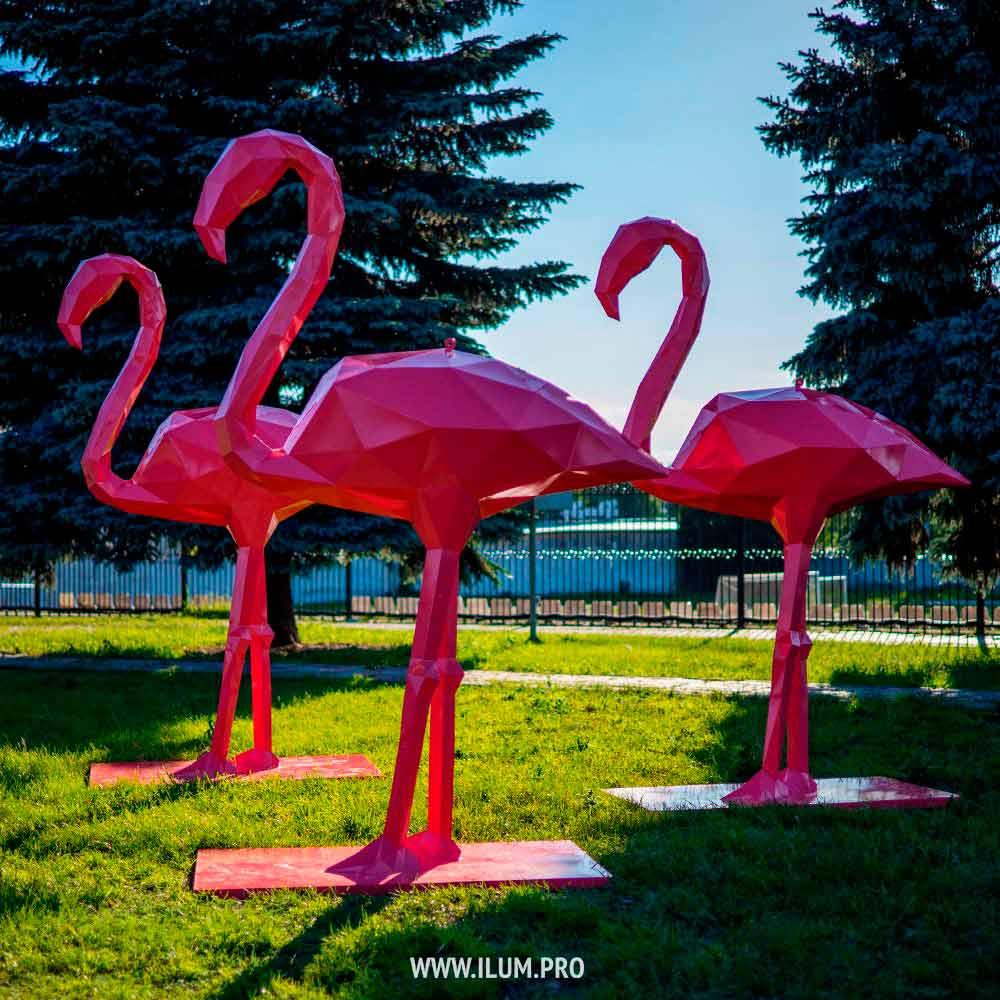 Полигональные фигуры в форме розовых фламинго из металла
