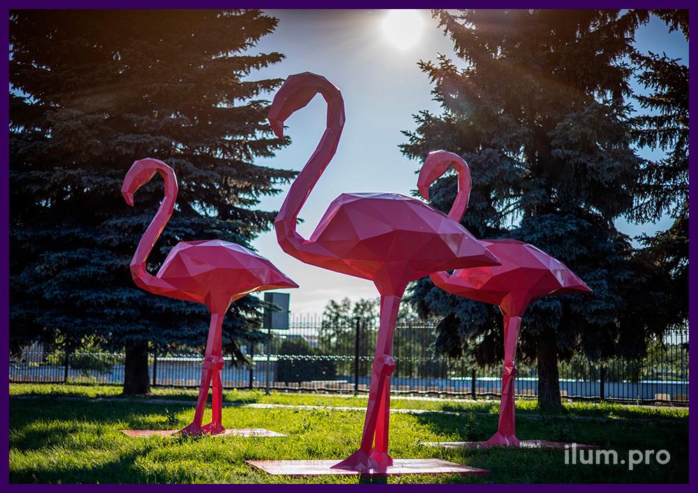 Розовые полигональные фигуры фламинго из стали, благоустройство территории