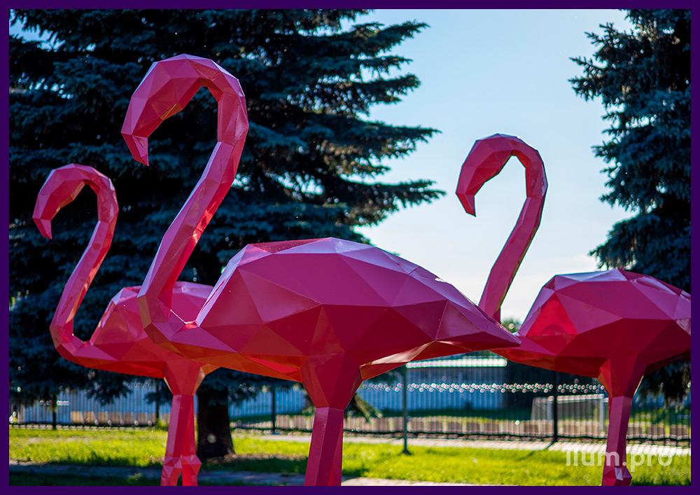 Фигуры полигональные металлические в форме розовых фламинго на газоне
