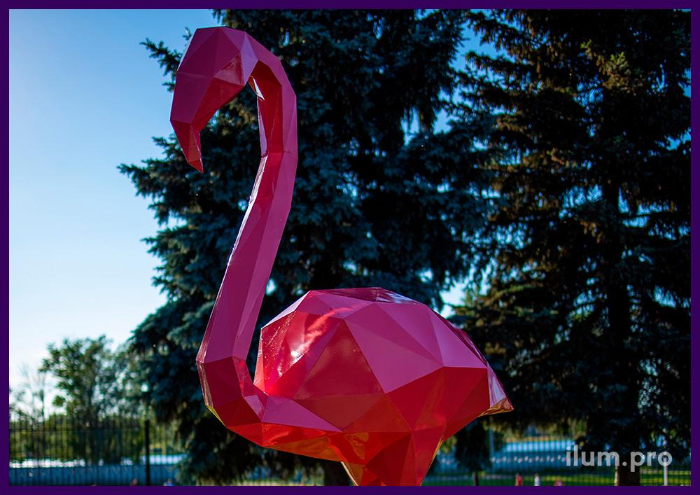 Розовые полигональные фламинго на зелёном газоне - металлические арт-объекты для ландшафта
