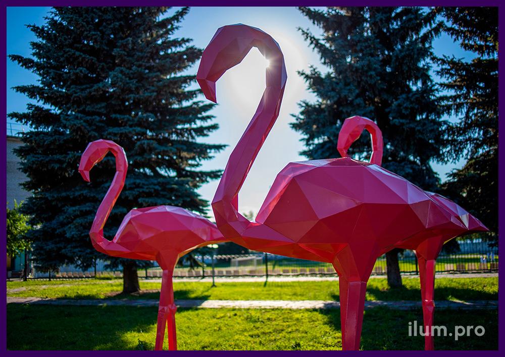 Украшение территории металлическими полигональными фигурами фламинго розового цвета