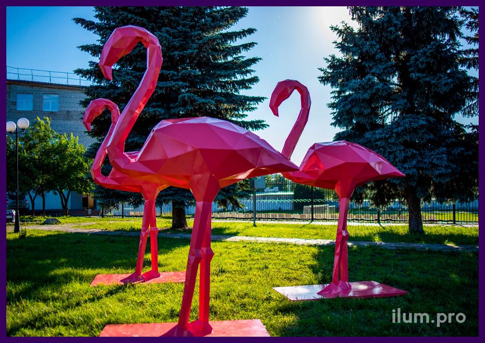 Украшение территории полигональными фигурами розовых фламинго из крашеной стали