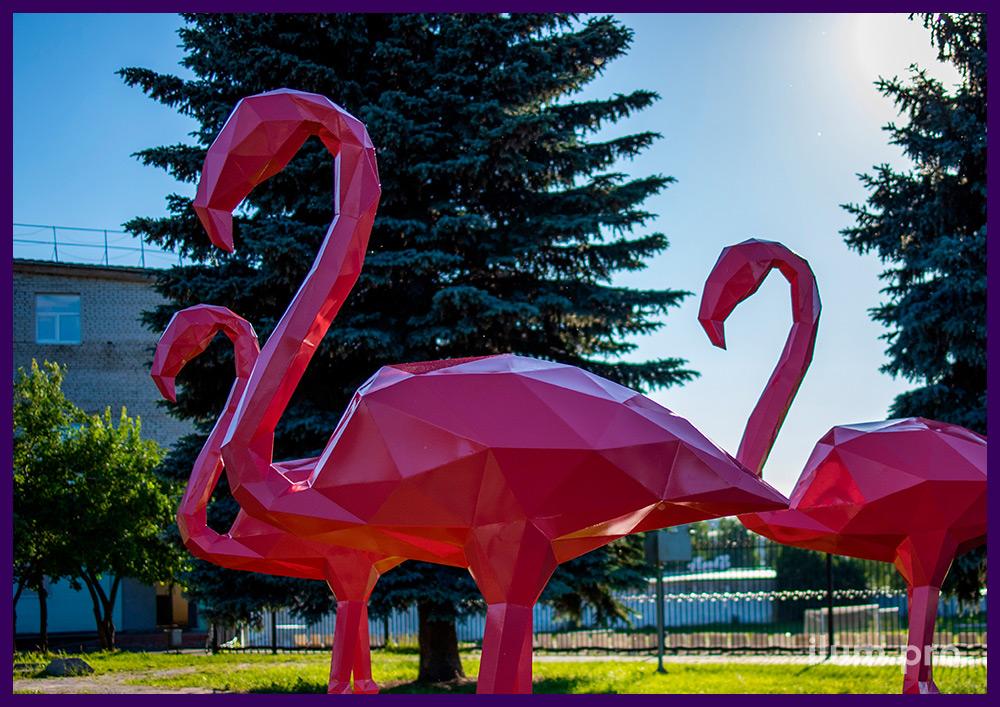 Полигональные скульптуры из металла, розовые фламинго рядом с деревьями