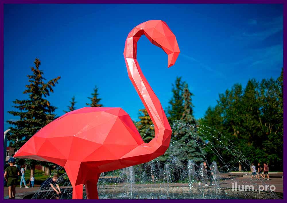 Арт-объекты металлические полигональные в форме розовых фламинго на площади